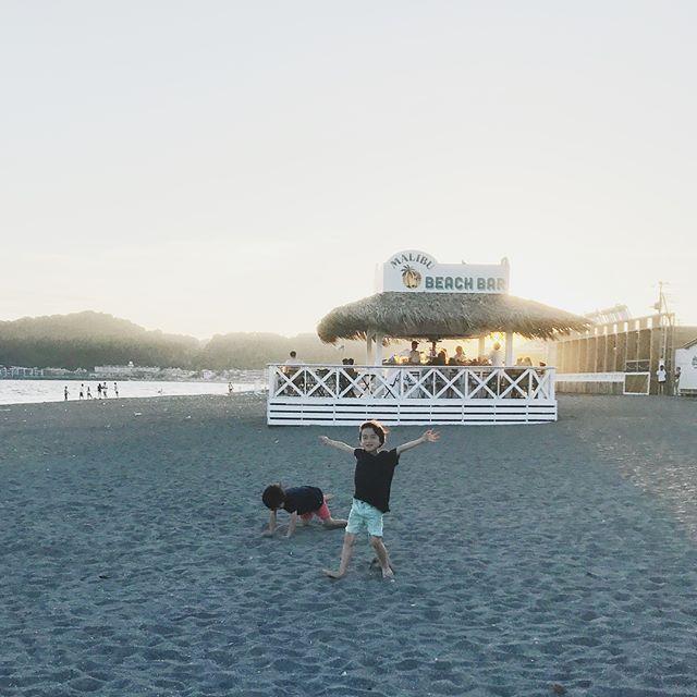 今日はひきこもっていたのでプール帰りの息子たちと海まで散歩。突如、白馬が現れ双子長男固まる。どうやら白馬も水浴びしていたよう。今日も暑かったもんね。今週もお疲れ様でしたー (Instagram)