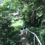 森の中のピアノ教室へ。ご近所とは思えないくらい草木がわさわさ。双子次男は正座でピアノ (Instagram)