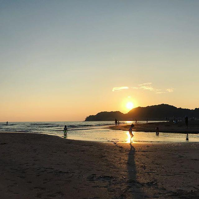 今日の由比ガ浜 pm5:00。魚を捕まえたい息子たちは海の中。綺麗な夕日が見えました。 (Instagram)