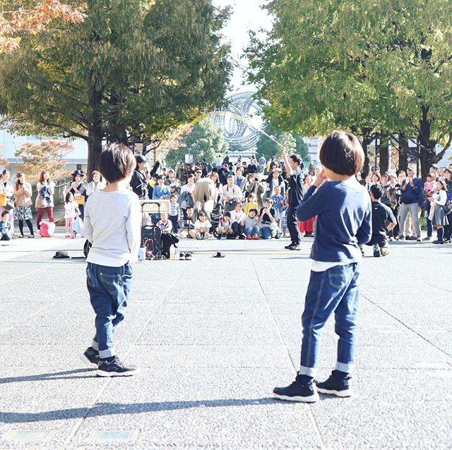 トリエンナーレがものすごく混んでたので、しばし大道芸を鑑賞。いつのまにか横浜美術館前の噴水がなくなっててびっくり。 (Instagram)
