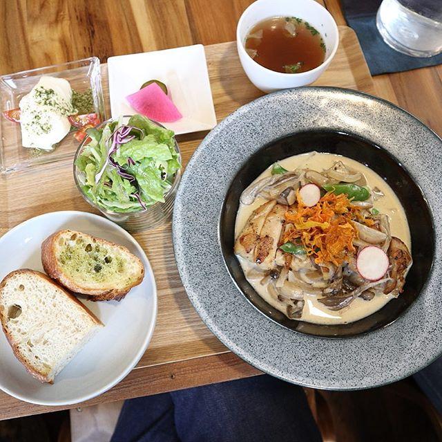 知床鶏のガーリックグリルいただきました。クリームチーズのお豆腐も美味しかった! (Instagram)