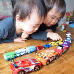 ミニカーが大渋滞!並べるの大好きな双子の息子